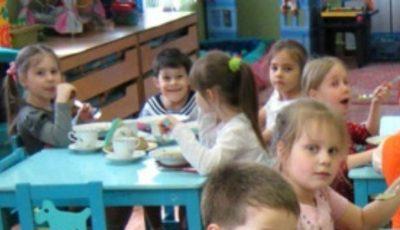O mamă din Capitală susține că micuților le-a fost servit la gradiniță lapte brânzit cu tăiței. Vezi imaginea