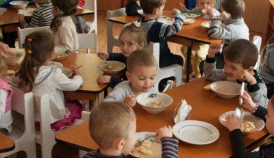 La o grădiniță din Capitală au fost incluse în meniu semințe, nuci, migdale, broccoli
