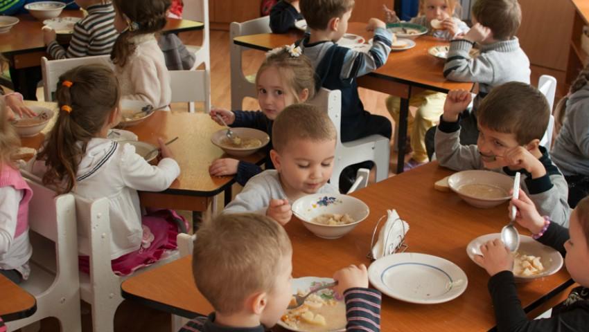 Foto: La o grădiniță din Capitală au fost incluse în meniu semințe, nuci, migdale, broccoli