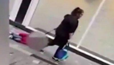 Imagini scandaloase! O mamă a fost surprinsă târându-și copilul pe stradă