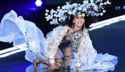 În timpul show-ului Victoria's Secret din China, un model a căzut în timp ce defila pe podium