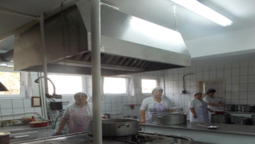 Foto: Incident dramatic la o grădiniță din Bugeac. Ce a pățit o angajată în timp ce toca carnea cu mașina