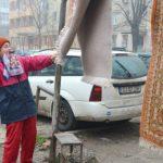 Foto: Locuitorii din Orhei vor primi amenzi pentru bătutul covoarelor și uscatul rufelor în curțile blocurilor