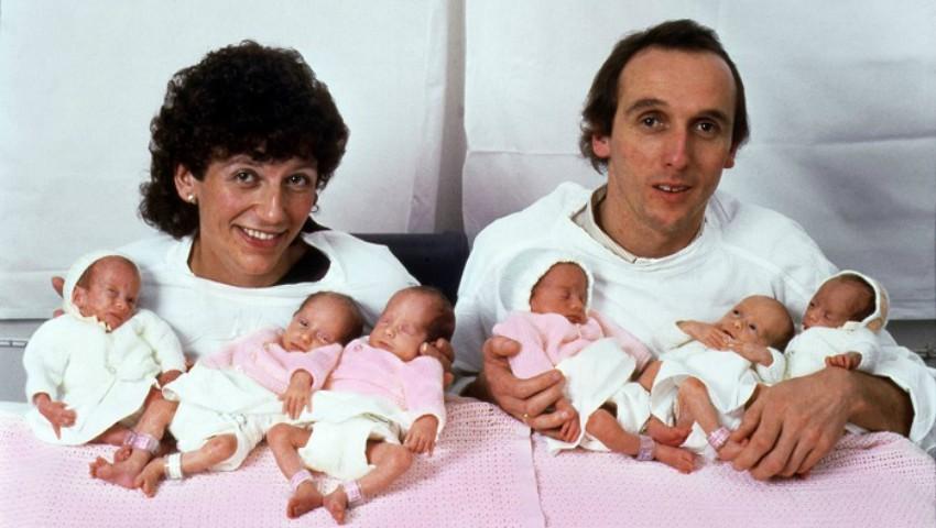 Foto: Doi părinți își țin în brațe cele 6 fetițe gemene. Vezi cum arată acestea după 30 de ani