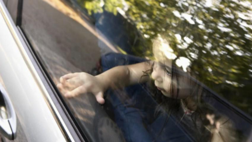 Foto: O mamă și-a lăsat fetițele în mașină și a mers la cumpărături. La un moment dat, una dintre copile a pornit mașina