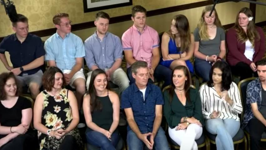 Foto: Moment emoționant! 19 frați și surori așteaptă să-și vadă tatăl donator de spermă, pentru prima oară