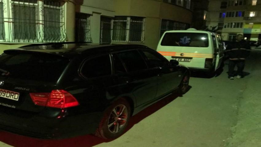 Foto: O ambulanță cu un bolnav grav a stat blocată în fața casei mai bine de 30 de minute, din cauza indiferenței unui șofer
