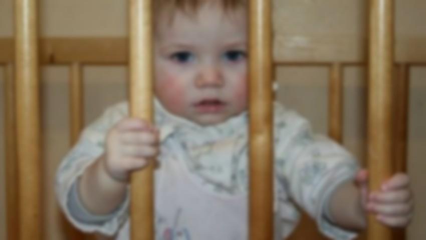 Patru copilași au rămas singuri acasă după ce mama lor a părăsit locuința și nu s-a mai întors