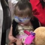 Foto: Video emoționant! O fetiță salvată de la orbire își vede mama pentru prima oară