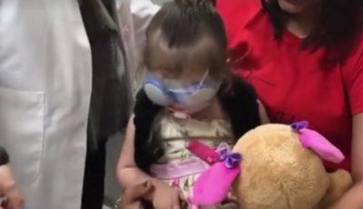 Video emoționant! O fetiță salvată de la orbire își vede mama pentru prima oară