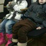 Foto: S-a găsit mama copiilor care și-a lăsat micuții în stradă
