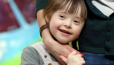 Un băiețel cu sindrom Down a salvat două fete de la înec