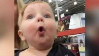 Reacția unui bebeluș care vede pentru prima dată decorațiunile de Crăciun!