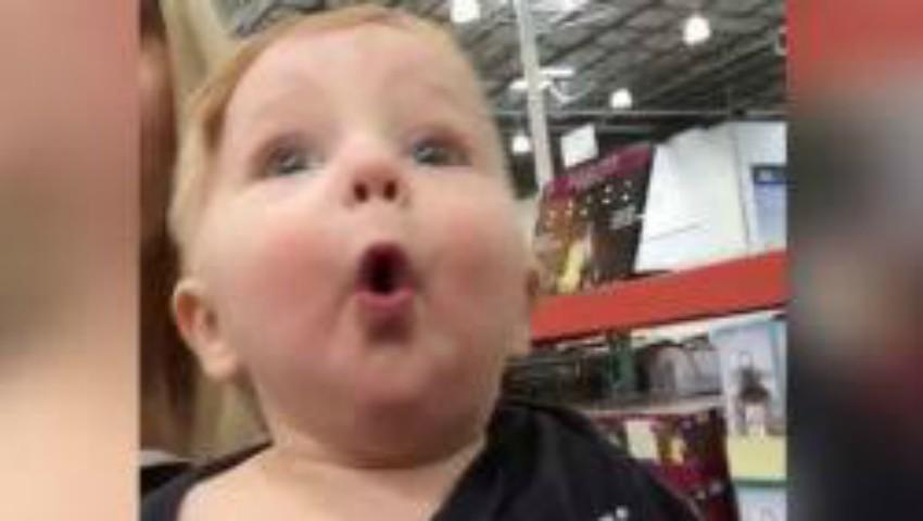 Foto: Reacția unui bebeluș care vede pentru prima dată decorațiunile de Crăciun!