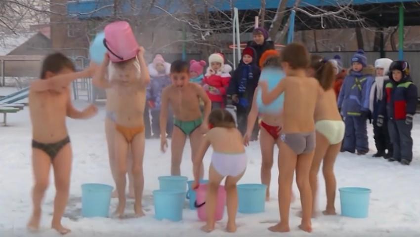 Foto: Video! Copiii din Rusia își sporesc imunitatea făcând băi de zăpadă
