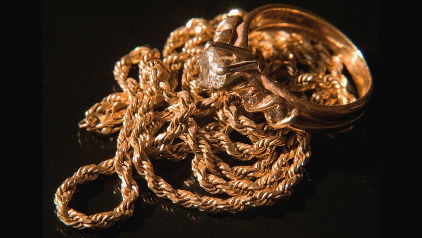 Foto: E periculos să dormi cu bijuteriile de aur?