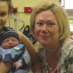 Foto: O femeie și-a născut propriul nepot, după ce fiica sa a fost diagnosticată cu cancer de col uterin