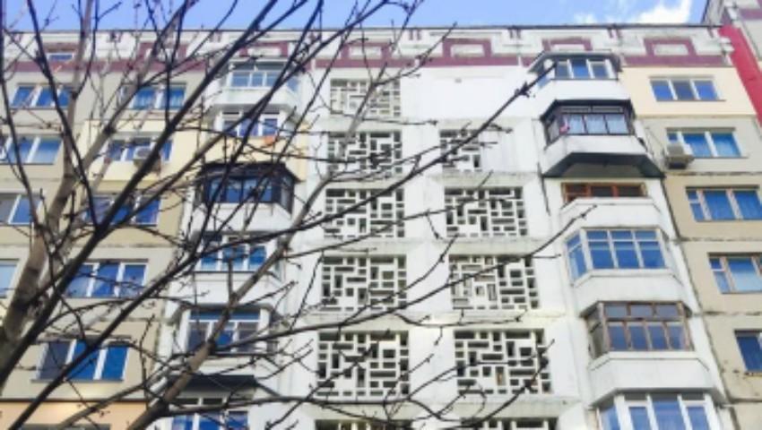 Foto: O femeie s-a aruncat de la etajul 12 al unui bloc de locuit din Capitală