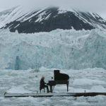 Foto: Video!!! Pianistul italian Ludovico Einaudi militează împotriva încălzirii globale pe o platformă plutitoare în oceanul Arctic