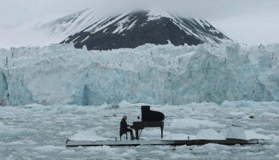 Video!!! Pianistul italian Ludovico Einaudi militează împotriva încălzirii globale pe o platformă plutitoare în oceanul Arctic