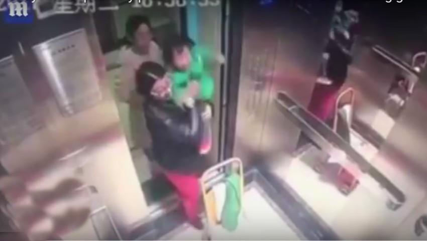 Foto: O bonă a fost surprinsă de camerele video în timp ce bătea un copil cu cruzime