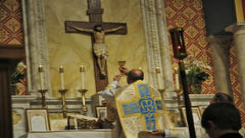 Foto: Un preot a fost judecat la 57 de ani după ce a violat și ucis o tânără care venise să se spovedească