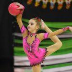 Foto: O fetiță de 10 ani din Moldova a ocupat un loc pe podium la concursul internațional de gimnastică artistică