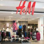 Foto: Un cunoscut brand de articole vestimentare ieftine închide mai multe magazine. Care este motivul?