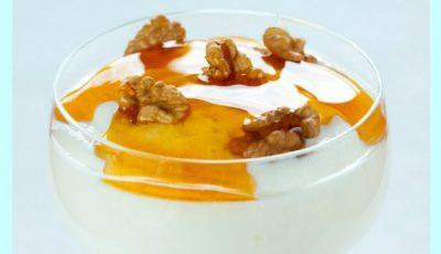 Iaurt cu miere și nuci, o gustare sănătoasă în cura de slăbire