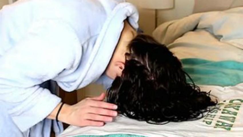 Foto: Video! Cum să-ți aranjezi părul cu ajutorul unui maiou