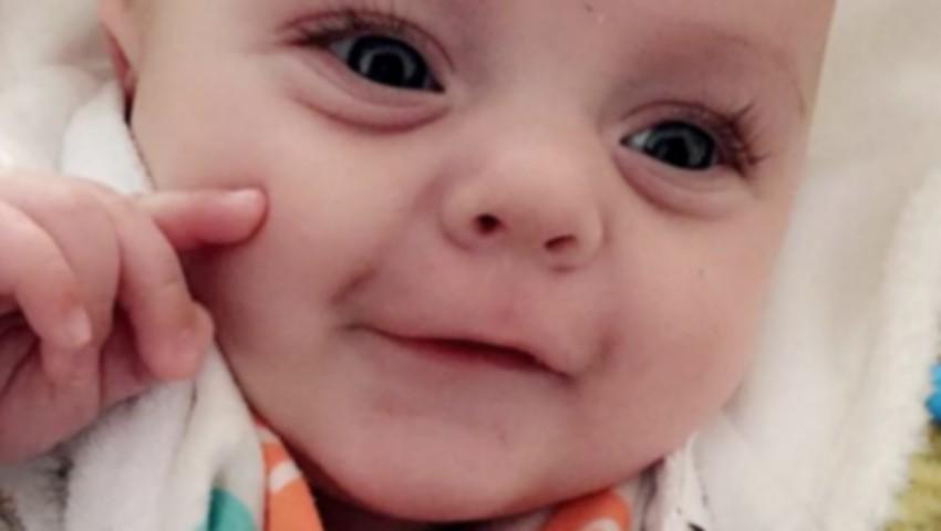"""Unei mame i-a fost ,,confiscat"""" bebelușul, după un masaj împotriva colicilor"""
