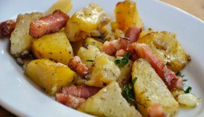 Cartofi copți cu bacon și ceapă. O rețetă delicioasă și ușor de preparat