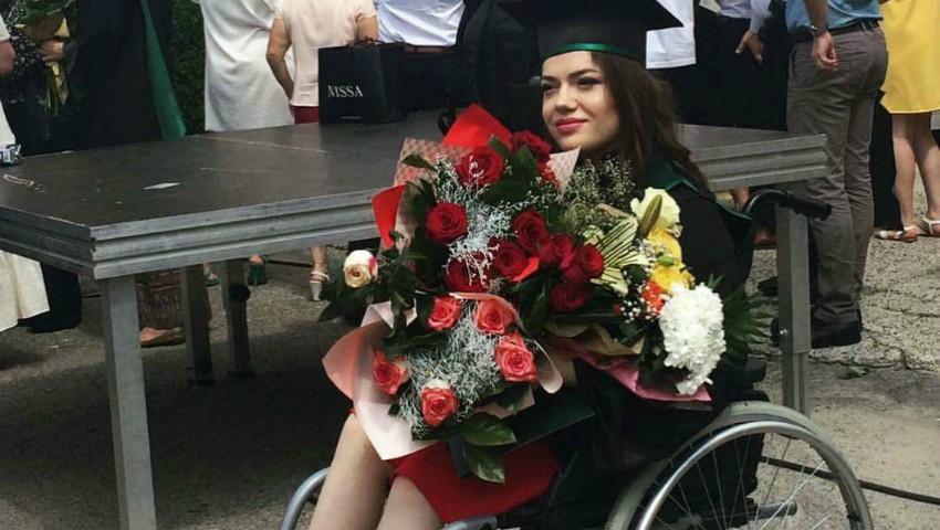 Foto: O tânără în scaun cu rotile a devenit medic