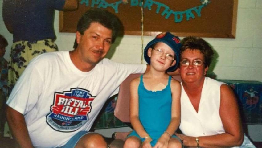 Foto: Și-a drogat fiica și i-a ras părul de pe cap pentru ca oamenii să creadă că este bolnavă de cancer