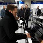 """Foto: Omagiu Poetului în metroul din Londra! Cătălin Josan a interpretat spontan piesa """"De-aș avea…"""""""