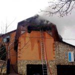 Foto: Pompierii în alertă! O casă de lux din Criuleni a luat foc