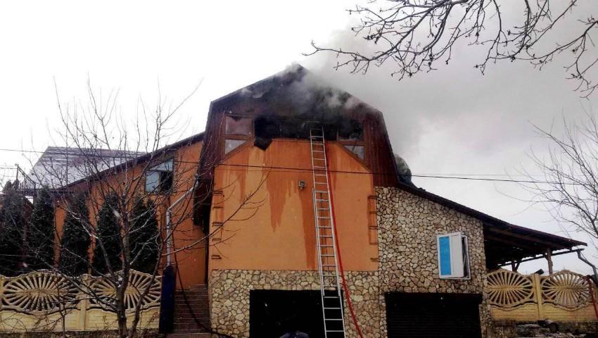 Pompierii în alertă! O casă de lux din Criuleni a luat foc