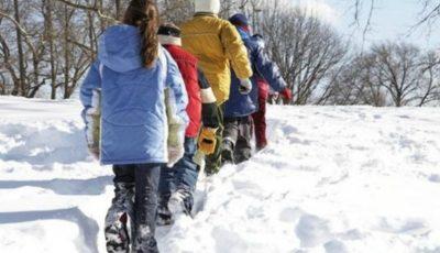 Zeci de școli rămân închise din cauza ninsoriii căzute ieri