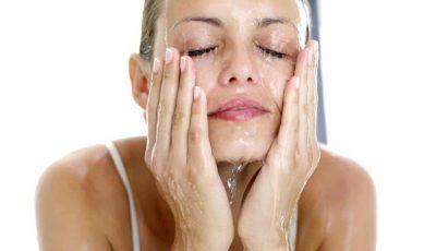 Trucuri utile pentru a elimina rapid pungile de sub ochi și efectul de față umflată