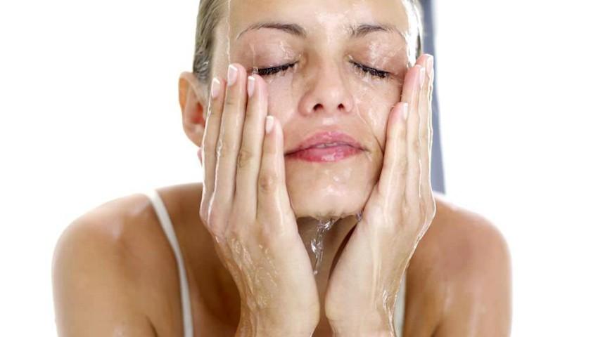 Foto: Trucuri utile pentru a elimina rapid pungile de sub ochi și efectul de față umflată