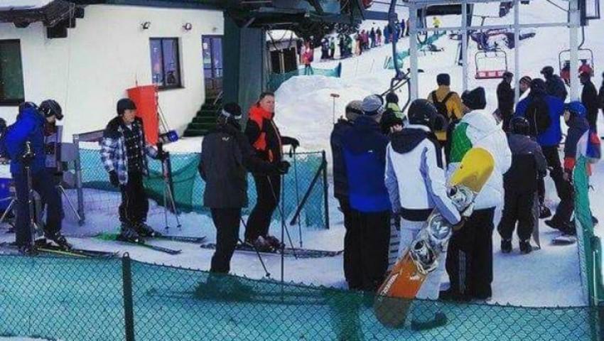Foto: Președintele României, la schi, în munții Șureanu, a stat la rând la telescaun
