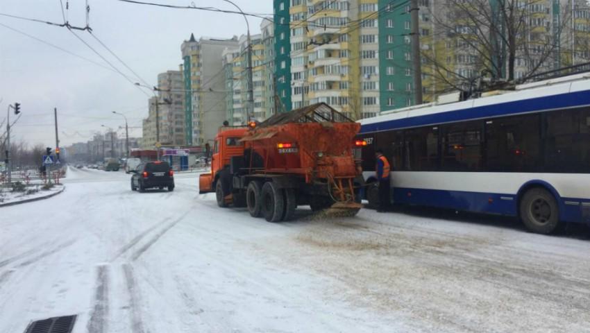 Pe străzile din Chișinău se circulă în regim de iarnă. În nordul țării, nici vorbă însă de așa ceva!