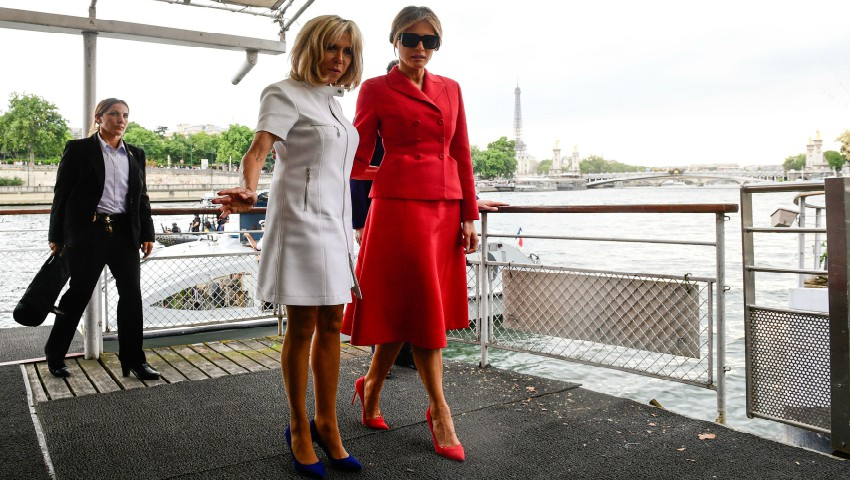 """Foto: Brigitte Macron, acuzată că se poartă de parcă ar fi ,,Regina Franței"""""""