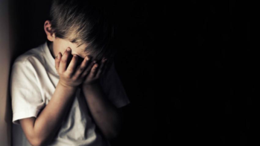 Foto: Drama unui copil drogat şi obligat să stea închis în dulap