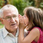 Foto: Emoționant. Ce cadou i-a făcut un bunic nepoatei sale?