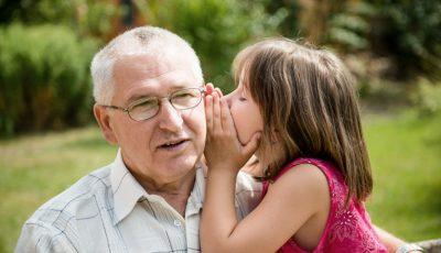 Emoționant. Ce cadou i-a făcut un bunic nepoatei sale?
