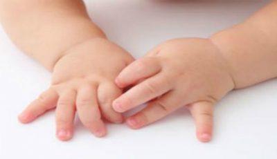 O educatoare din Capitală le-ar fi tăiat prea scurt unghiile copiilor, până la sânge. Părinții sunt revoltați