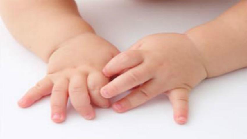 Foto: O educatoare din Capitală le-ar fi tăiat prea scurt unghiile copiilor, până la sânge. Părinții sunt revoltați