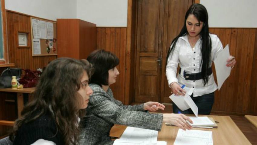 Foto: Absolvenții care nu au luat BAC-ul pot depune cerere pentru susținerea examenelor