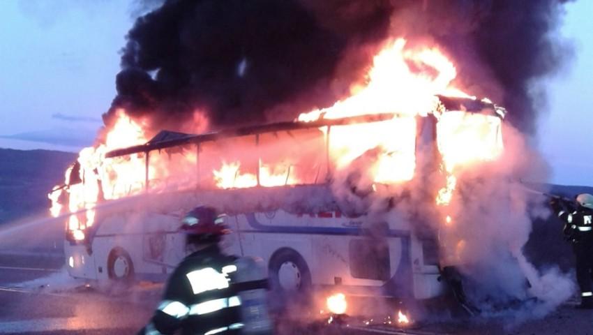 Foto: Un autocar parcat pe o stradă din Capitală a fost cuprins de flăcări